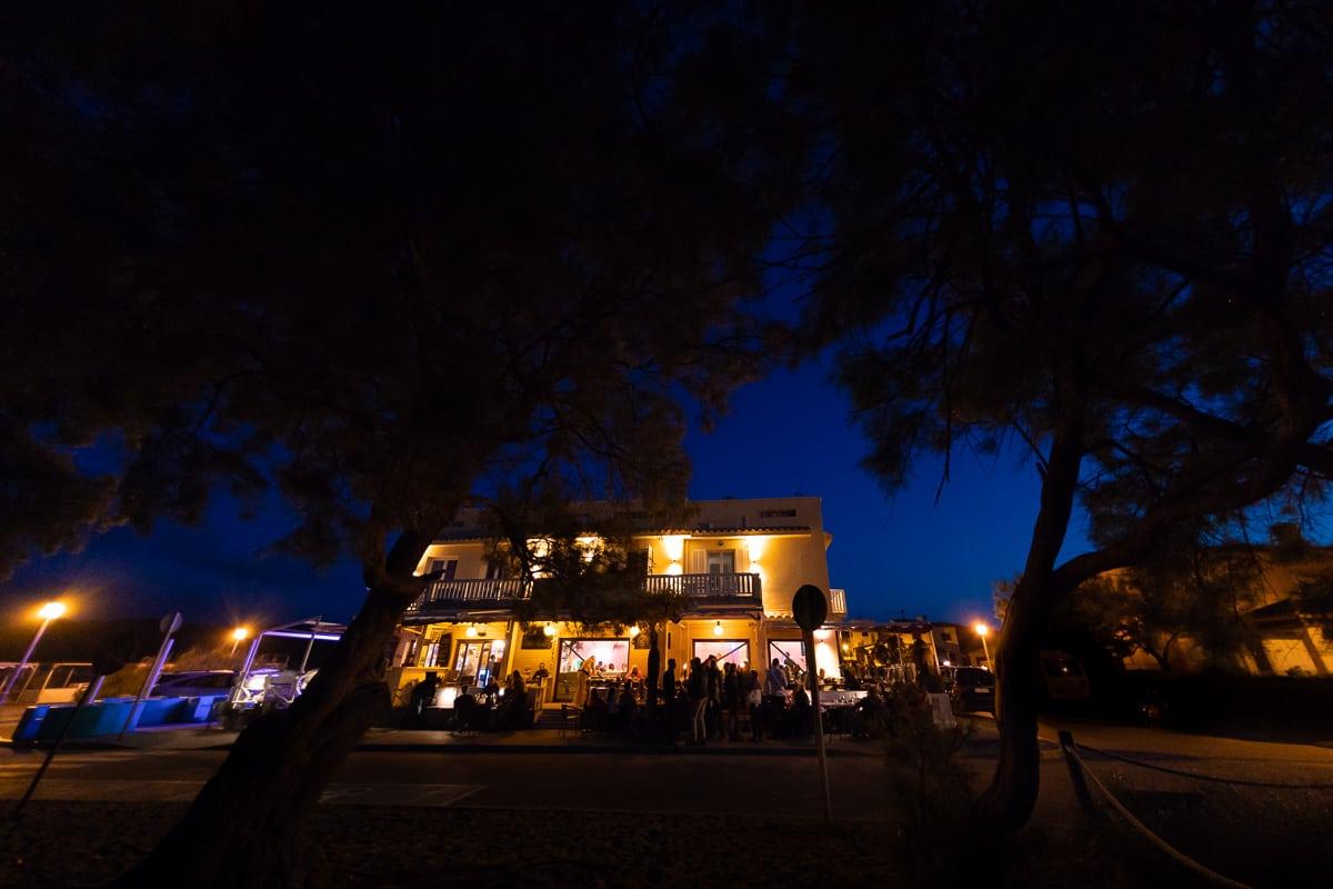 Blick auf die Bar Sol in Son Serra de Marina zur blauen Stunde.