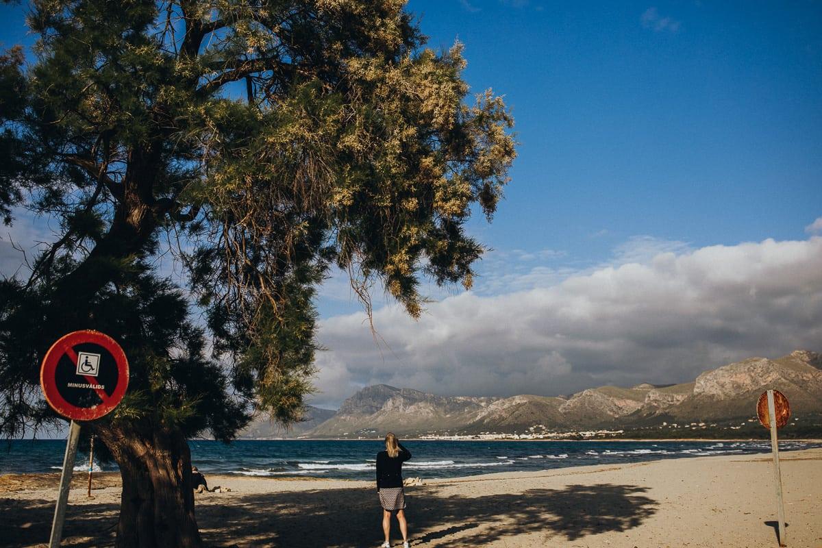 Blick auf den Strand in Son Serra de Marina von der Bar Sol aus gesehen.