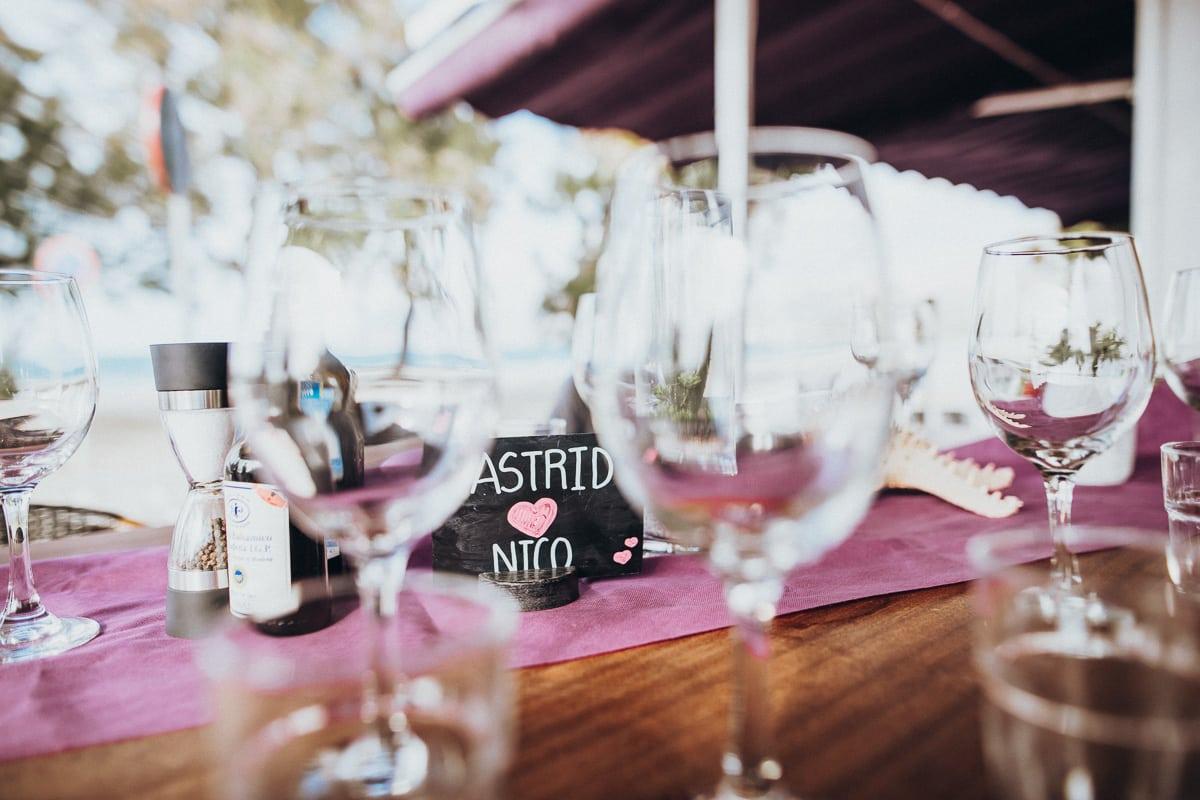 Nahaufnahme der kleinen Tischtafel wo der Name des Brautpaares geschrieben steht.