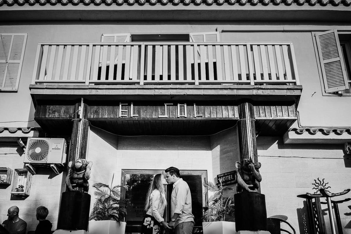 Das Brautpaar küsst sich vor dem Eingang der Bar Sol in Son Serra.