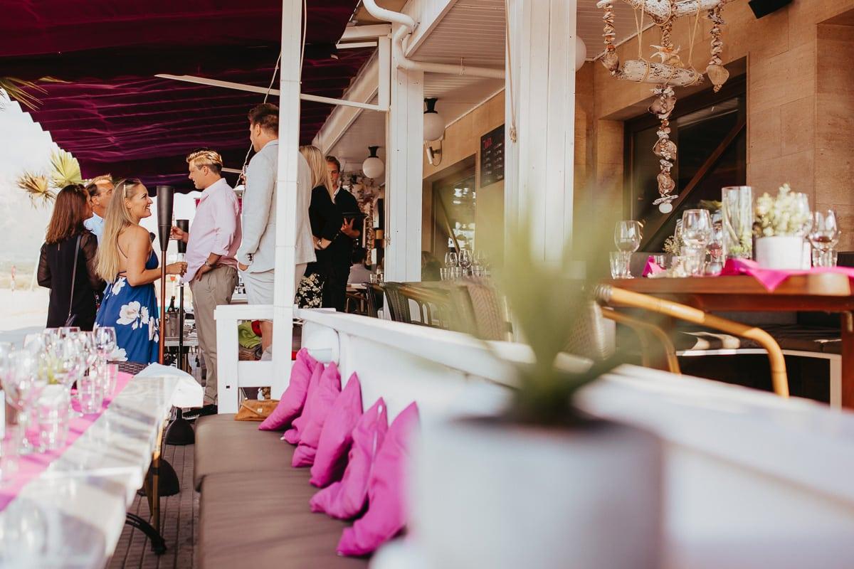 Schöne Perspektive auf das Brautpaar und ankommende Hochzeitsgäste.