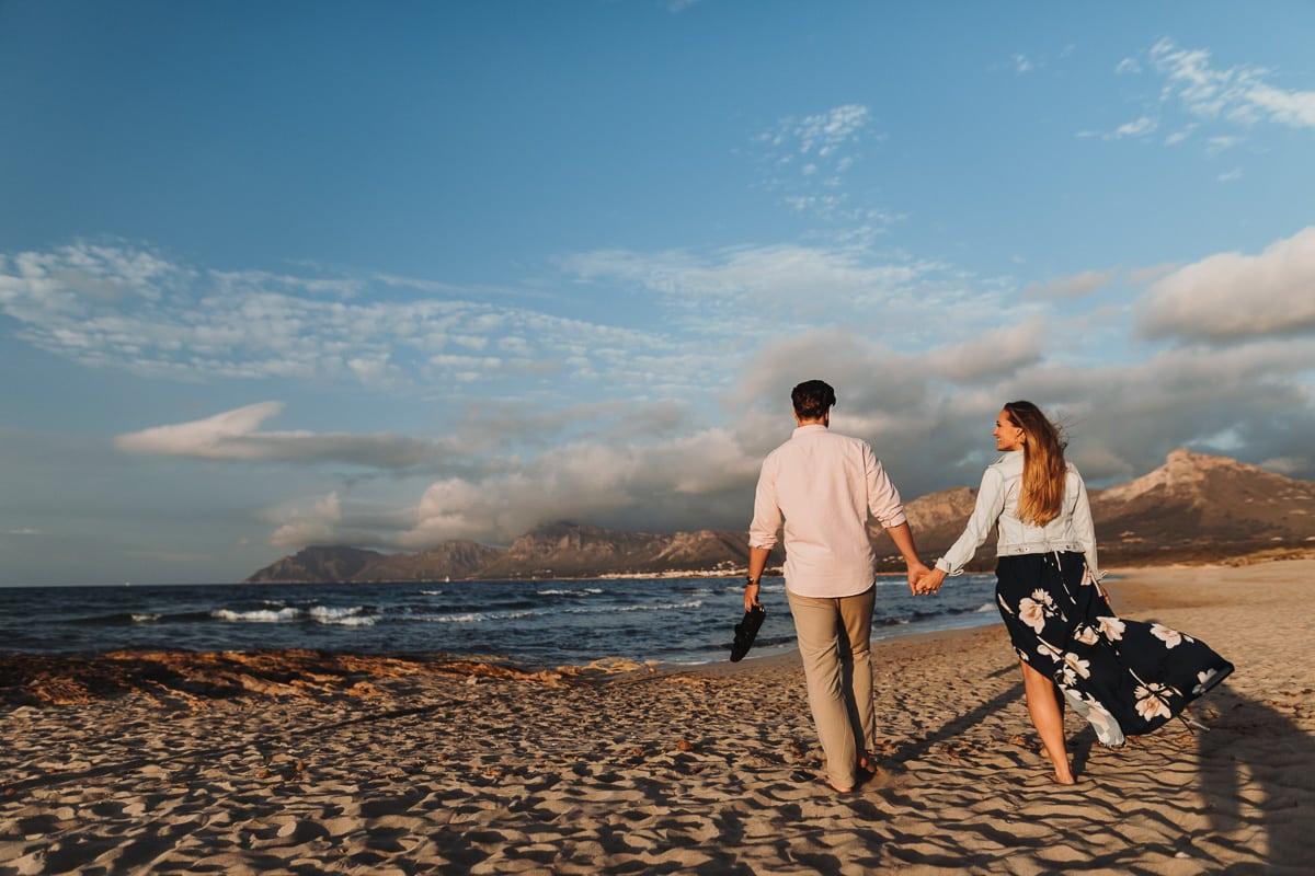 Das Brautpaar geht Hand in Hand zum Strand von Son Serra um ein kleines fotoshooting mit uns zu machen.