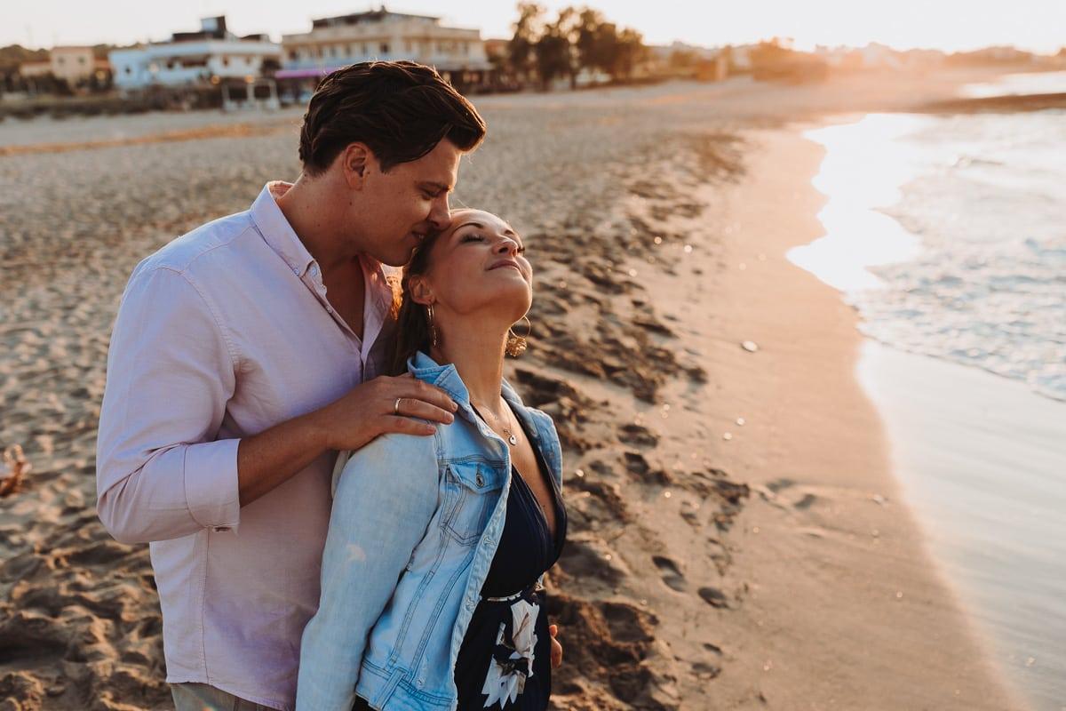 Er küsst von hinten liebevoll ihr Haar und sie geniesst es in vollen Zügen.