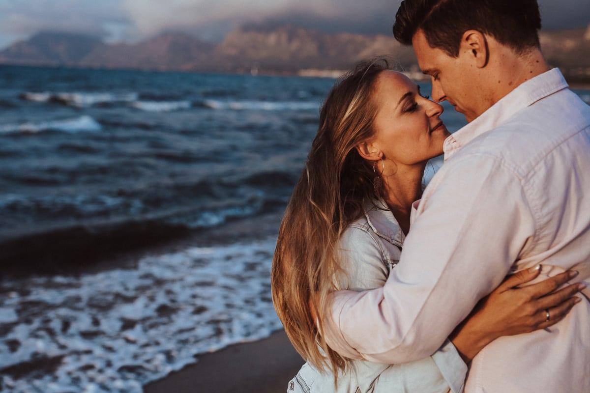 Beide schauen sich am Ufer liebevoll an.