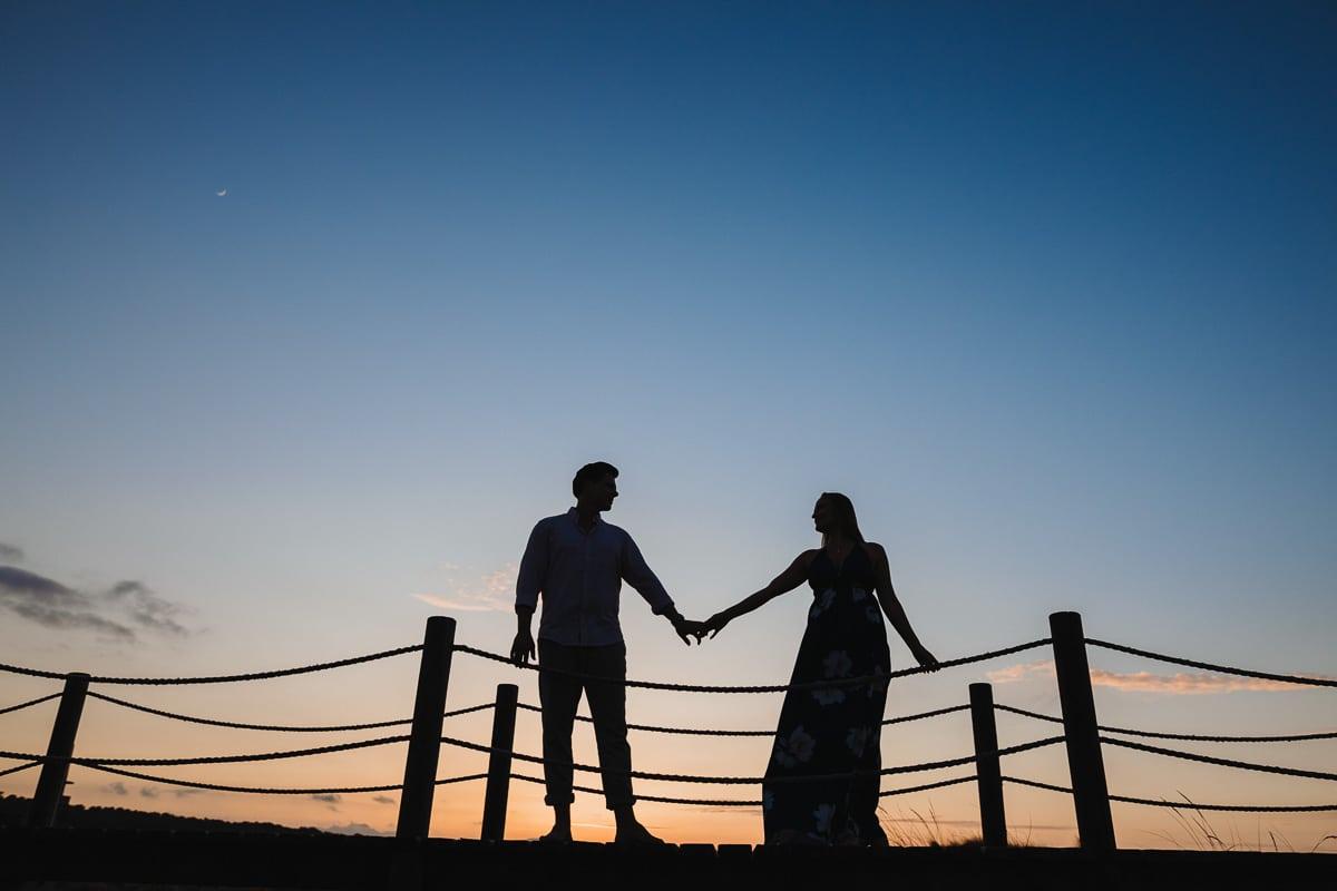 Ein farbenfrohes Silhouettenbild der beiden wie sie sich anschauen in Abendlicht kurz bevor wir zurück zur Hochzeitsgesellschaft gehen.