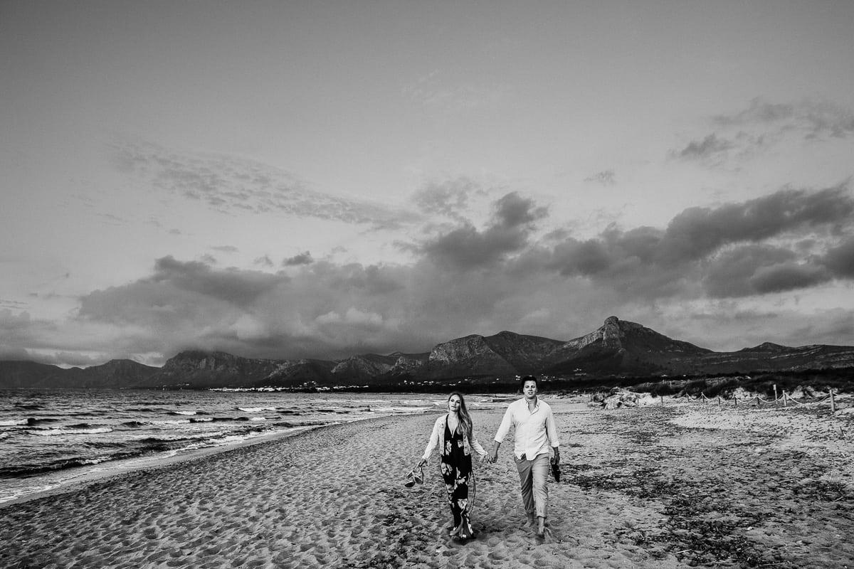 Schwarzweiss Foto des Brautpaares wie sie von ihrem Strandspaziergang zurückkommen.
