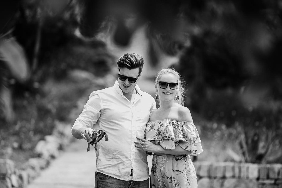 Das Brautpaar mit einer Schildkröte in der Hand.