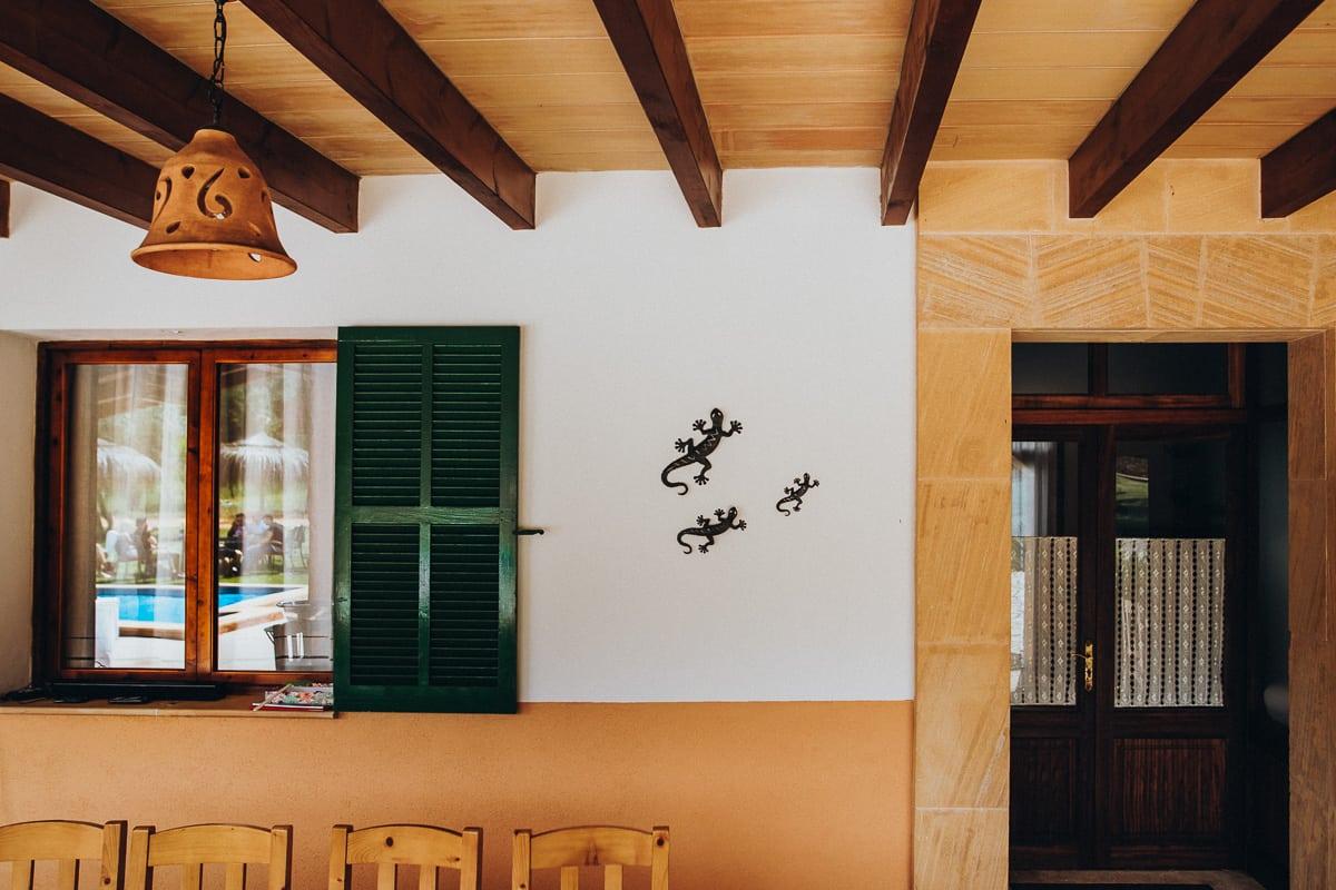 Detail des eingangs der Finca Can Toni mit den frühstückenden Hochzeitsgästen welche sich im Fenster reflektieren.