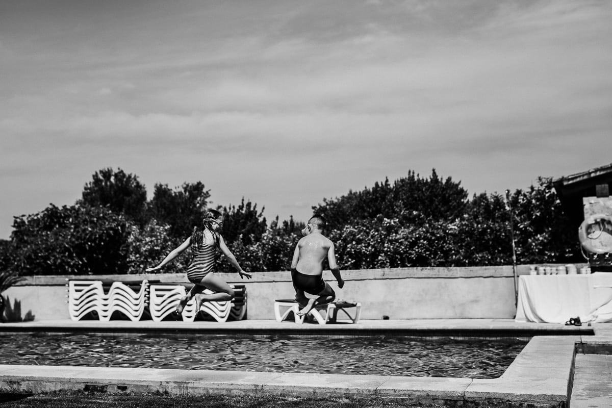 Zwei Kinder vergnügen sich im Pool während des Sonntags Hochzeitsbrunch.