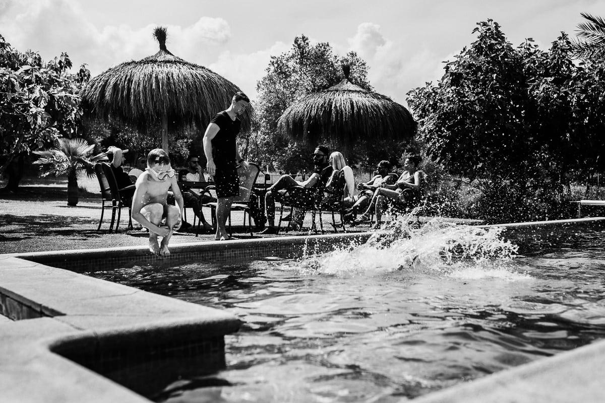 Die kleinen geniessen den Pool während des Brunchs am Tag nach der Hochzeit.