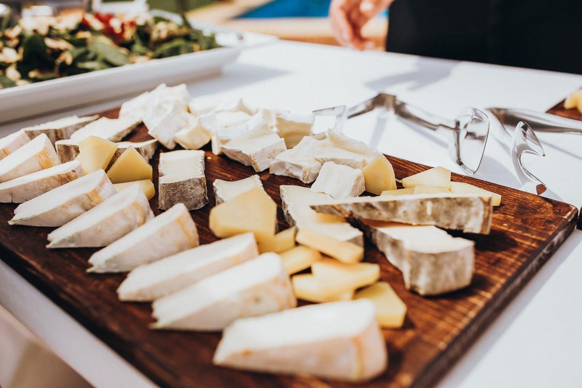 Leckere mallorquinische Käseplatte des Hochzeits - Catering Fosh welche das Brunch Buffett aufstellen.