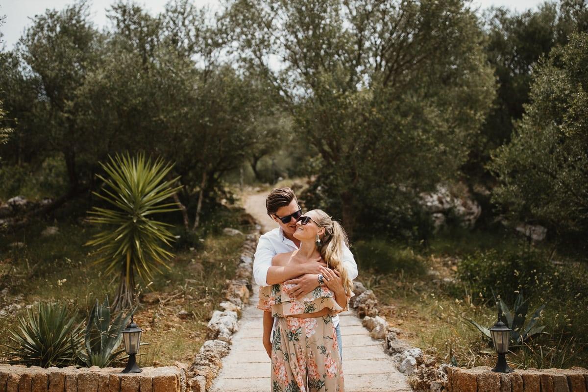 Ein Abschlussportrait des sich umarmenden Brautpaares nach dem Sonntagsbrunch.