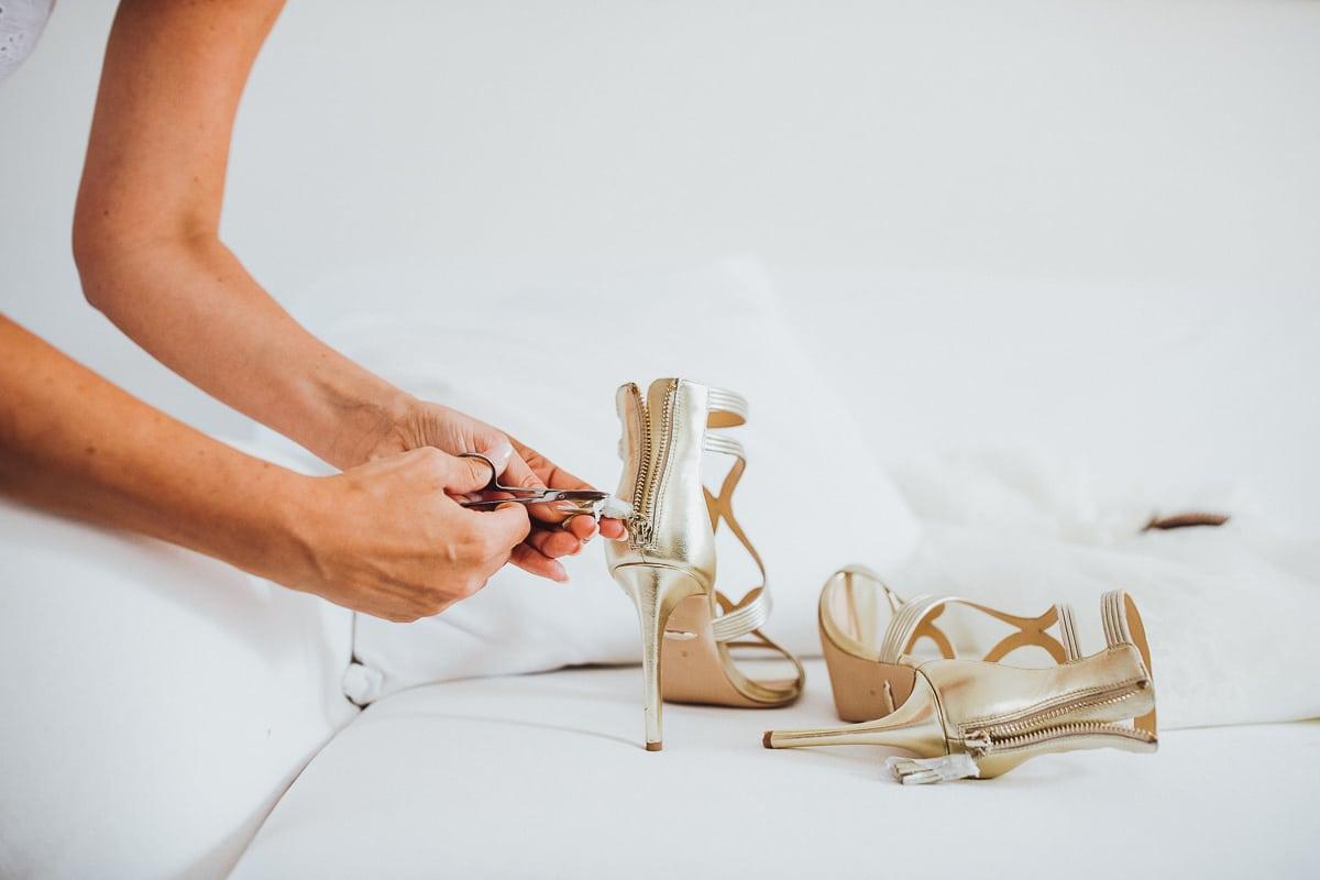 Die Braut bereitet ihre Hochzeitsschuhe vor.
