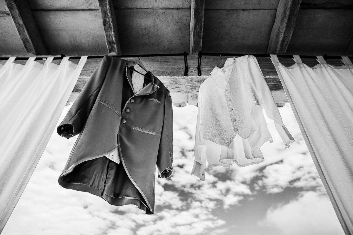 Der Hochzeitsanzug des Bräutigams hängt auf der Veranda der Hochzeitsfinca Tortuga zum Durchlüften an der frischen Luft.