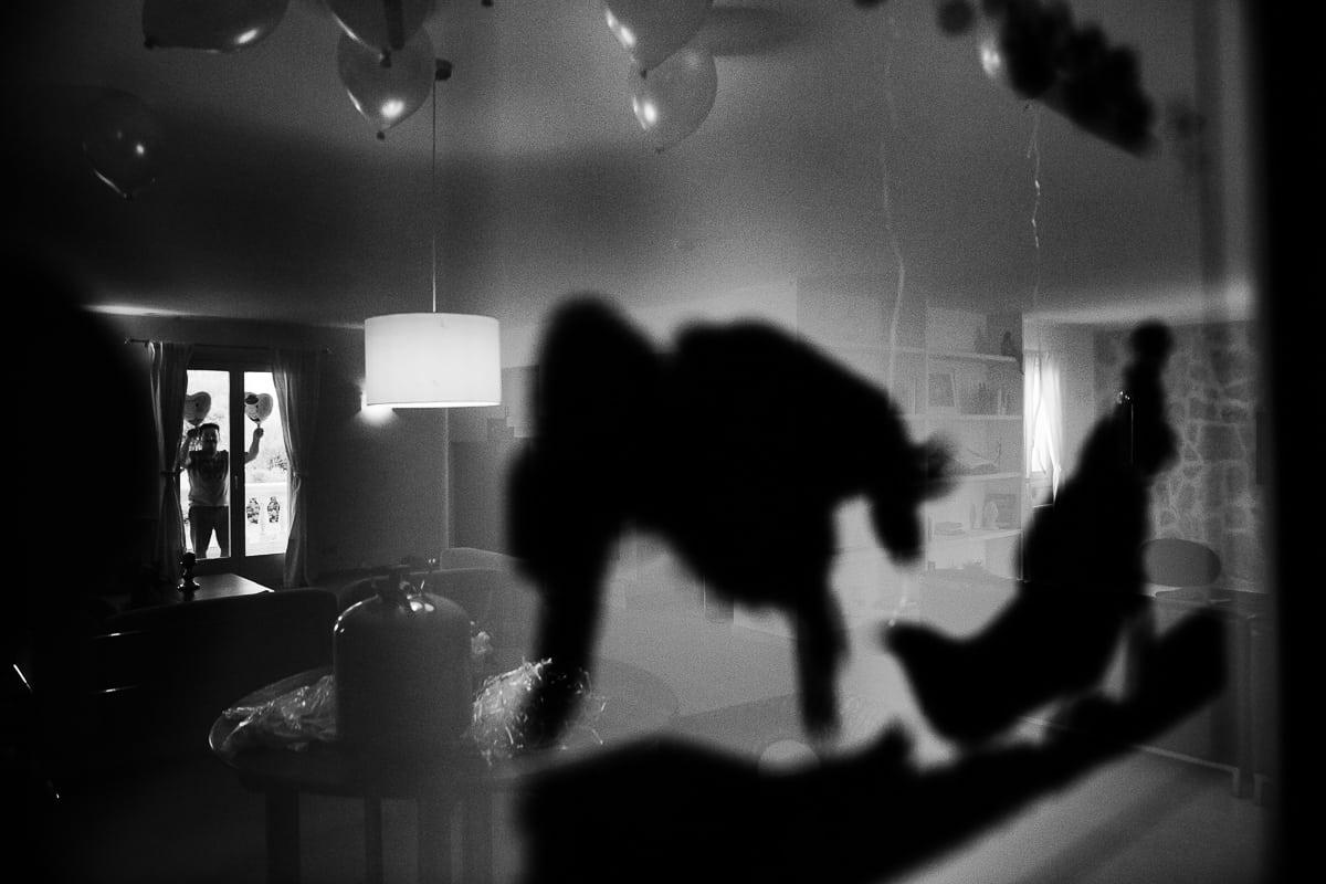 Kreatives schwarz weiss Bild mit Silhouetten und Spiegeleffekt des brautvaters mit Herzluftballons.