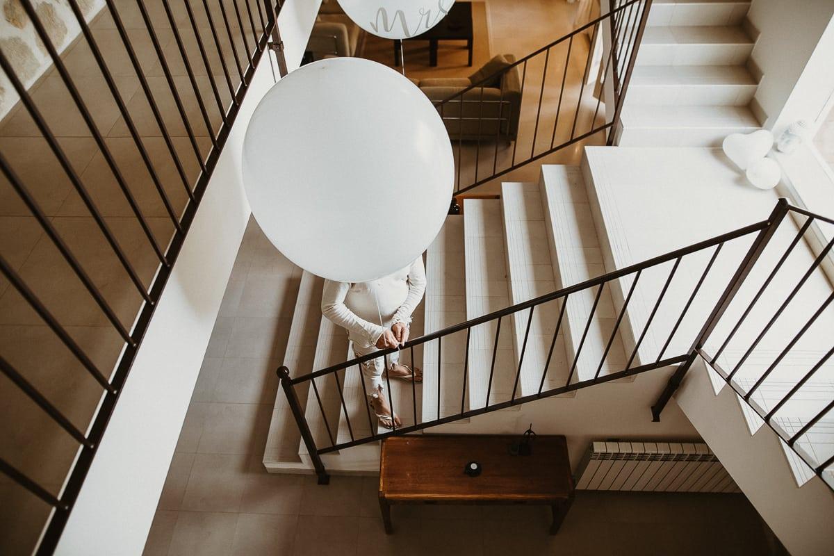 Der Vater des Bräutigams mit einem der zwei riesen Luftballons die im Haus aufgehangen werden.