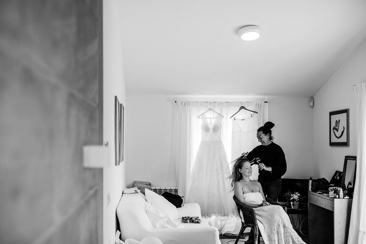 Haare fönen der Braut in ihrem Zimmer.