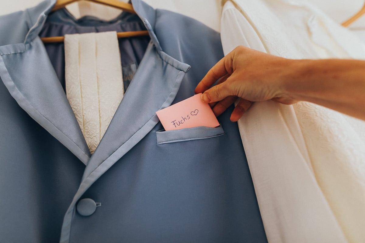 Der Bräutigam hat ein kleines Briefchen seiner Frau in seinem Anzug.