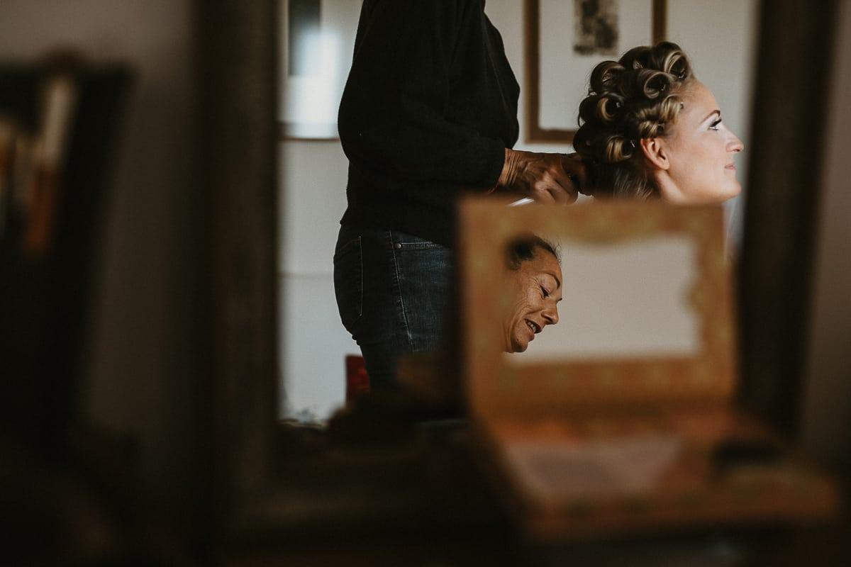 Die Braut in ihrem Zimmer beim Frisieren.