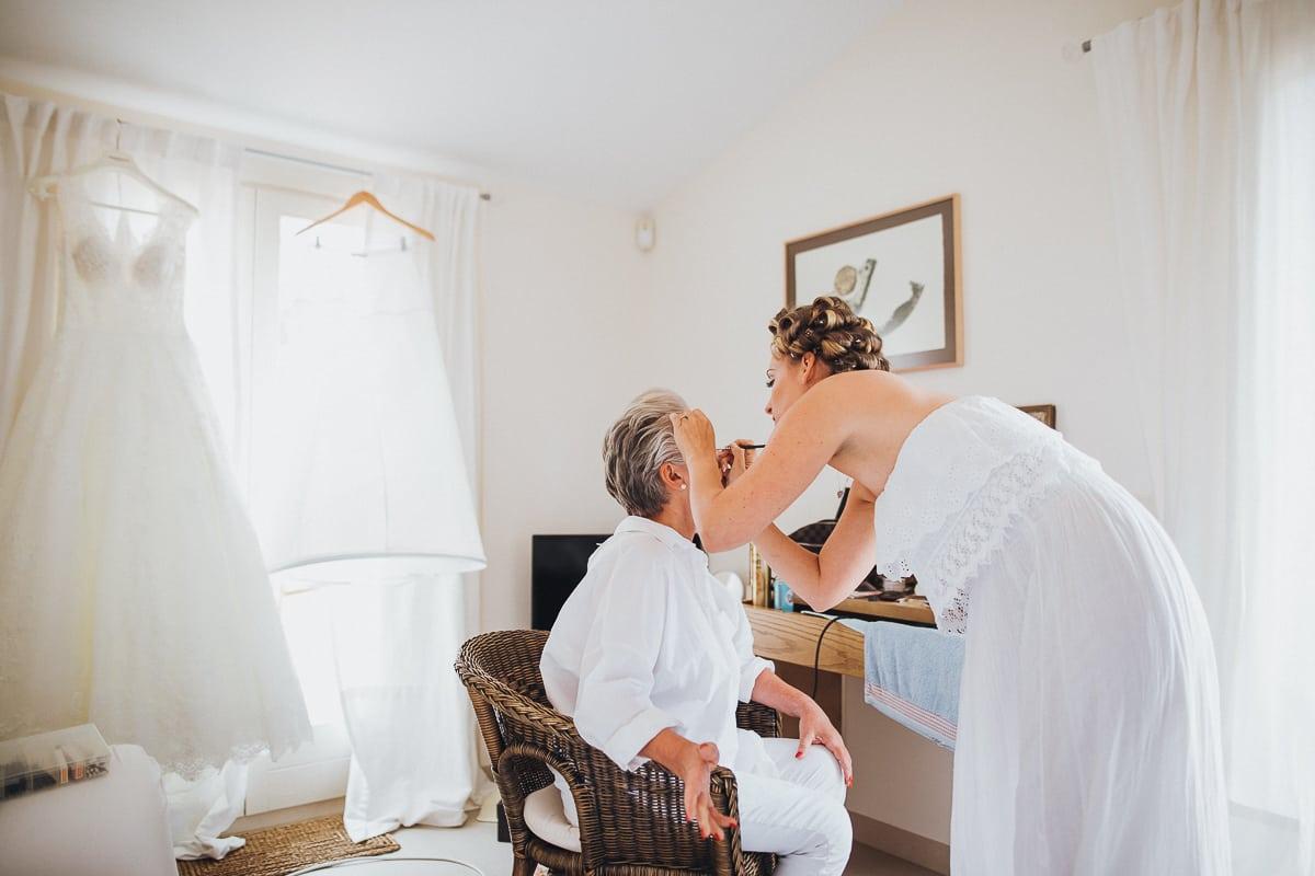 Die Braut schminkt ihre Mama selbst.