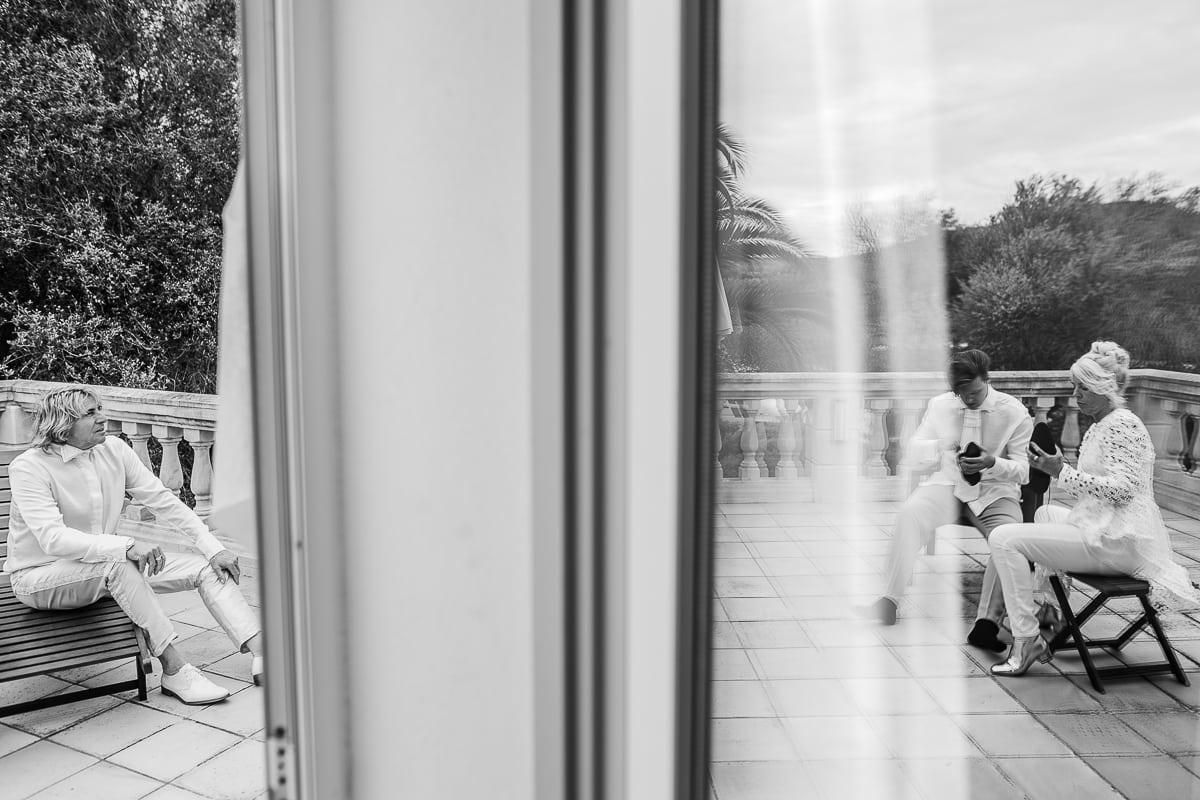 Spiegeleffekt am Fenster von den Vorbereitungen der Familie des Bräutigams.