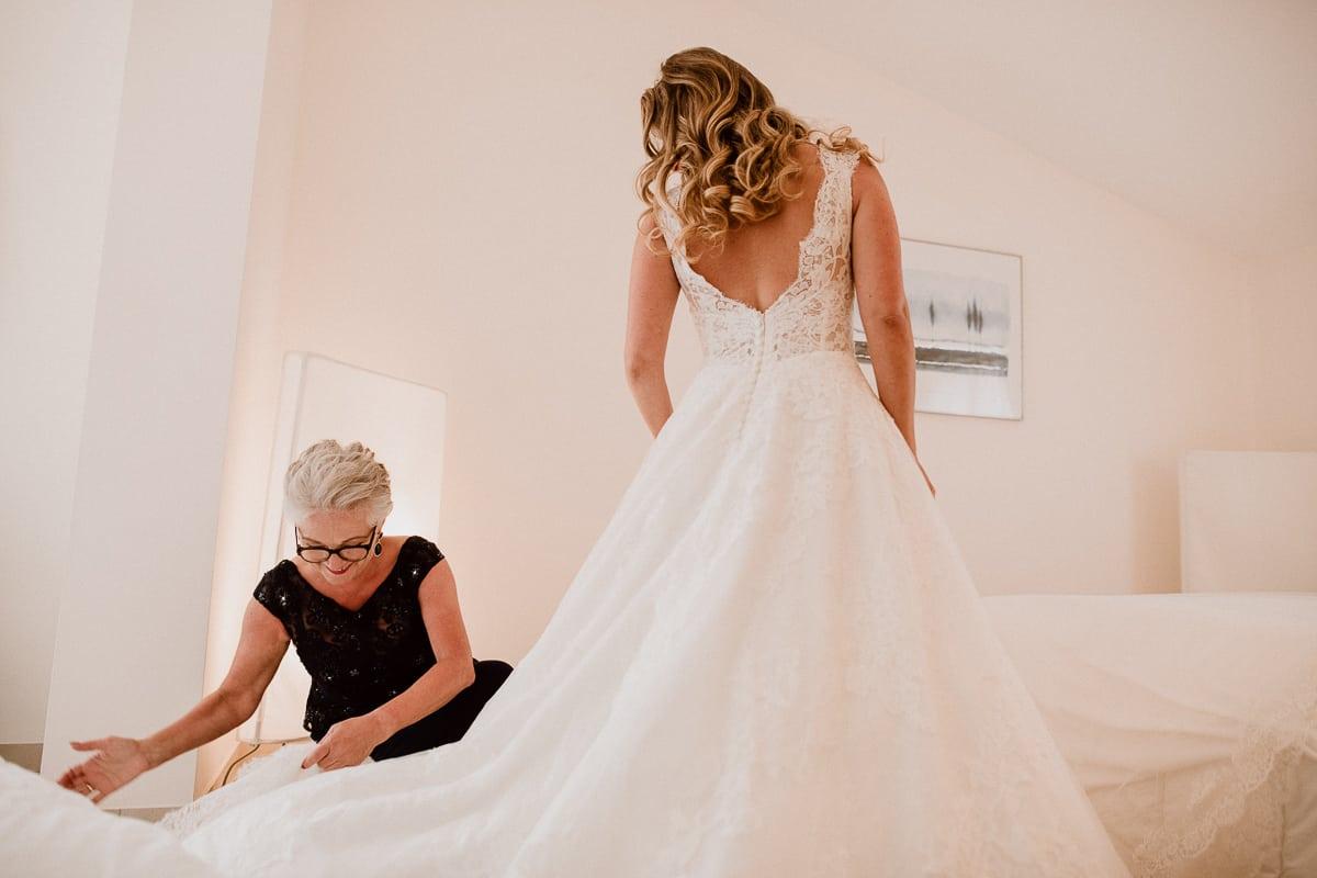 Die Brautmutter und die Braut im Hochzeitskleid.