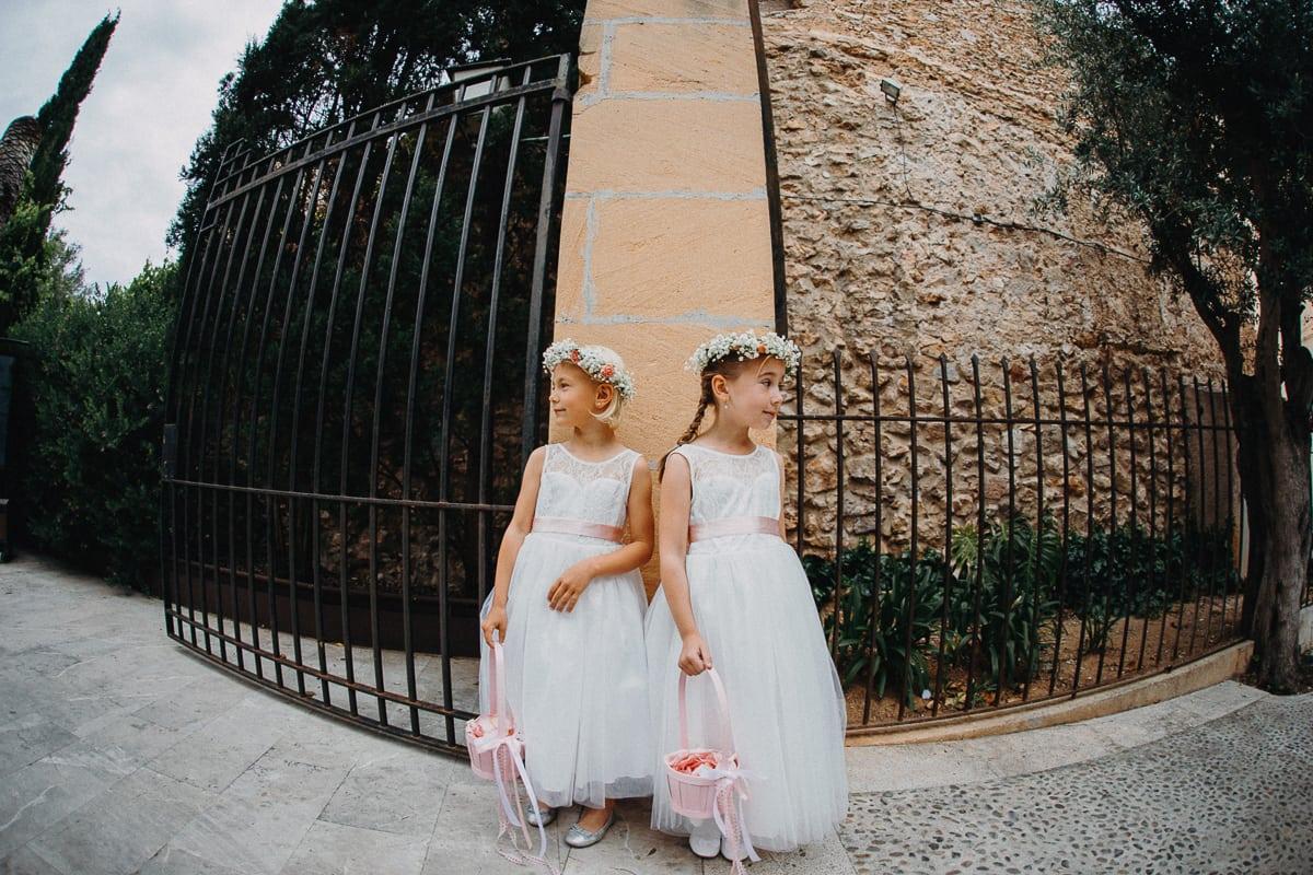 Die kleinen Brautjungfern stehen am Eingangsto der Kirche und warten darauf dass die Braut kommt.
