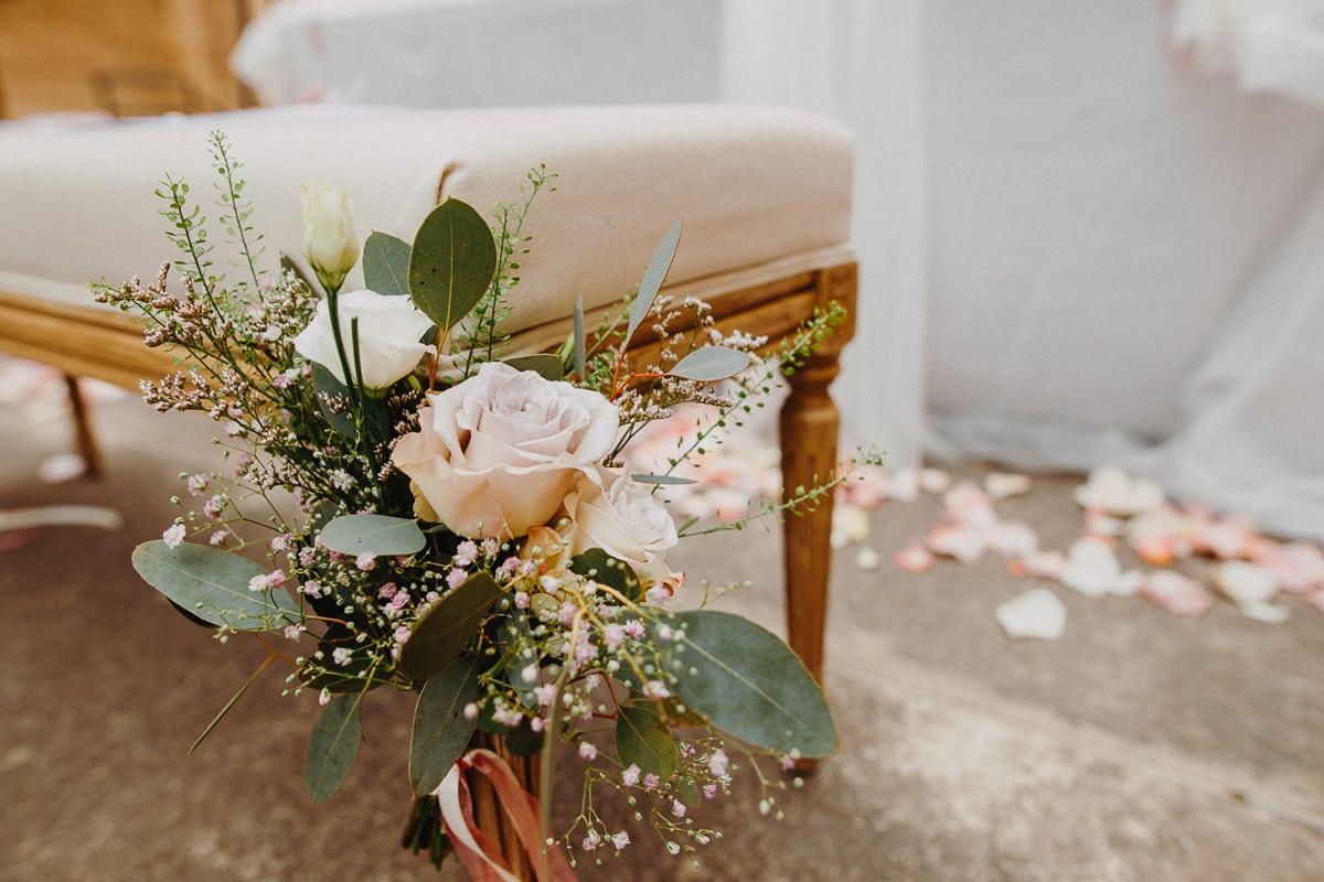 Detailsfoto der Blumen an der Bank des Brautpaares in der Kirche.