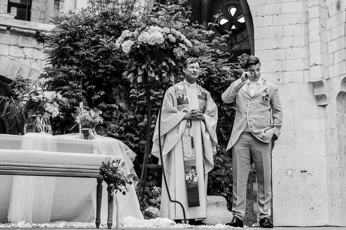Der Bräutigam wartet nun vorn am Altar mit dem Pfarrer. ihm kommen bereits die Tränen.