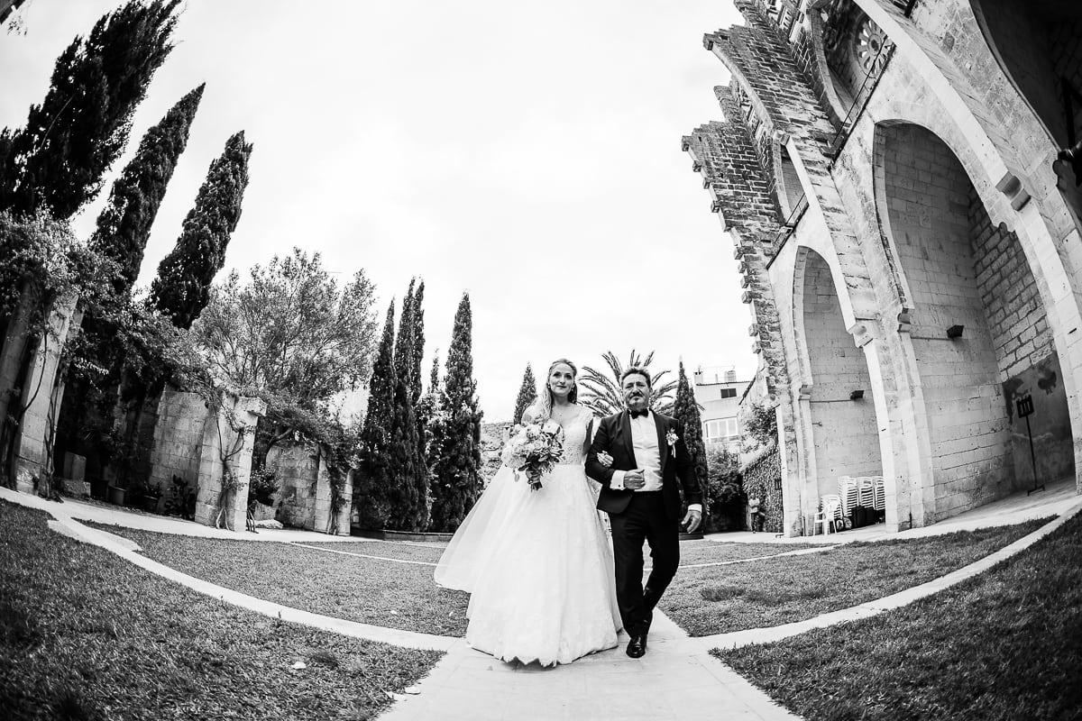 Die Braut und ihr Vater ziehen in die Kirche ein.