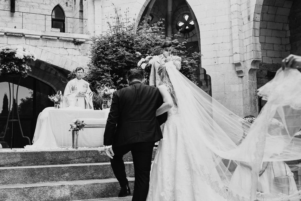 Die Braut und der Brautvater sind am Altar angekommen.