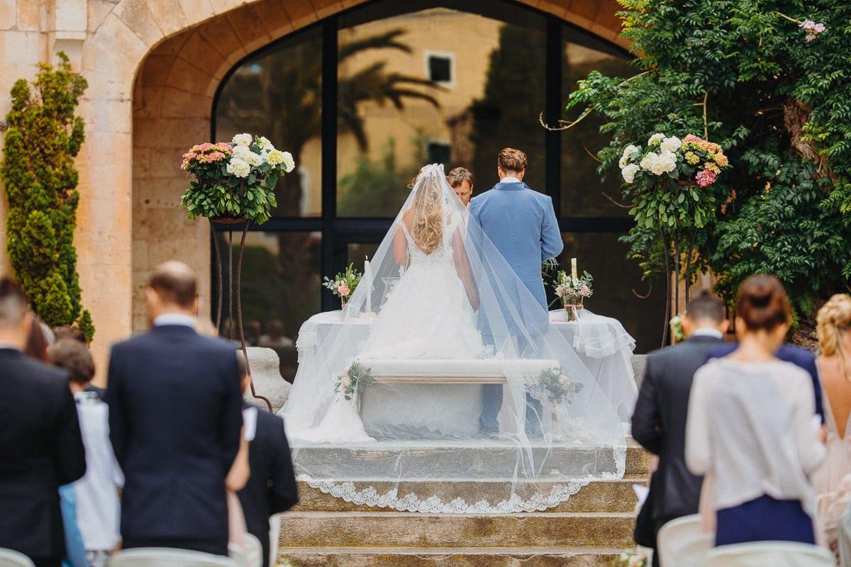 Das Brautpaar steht gemeinsam am Altar.