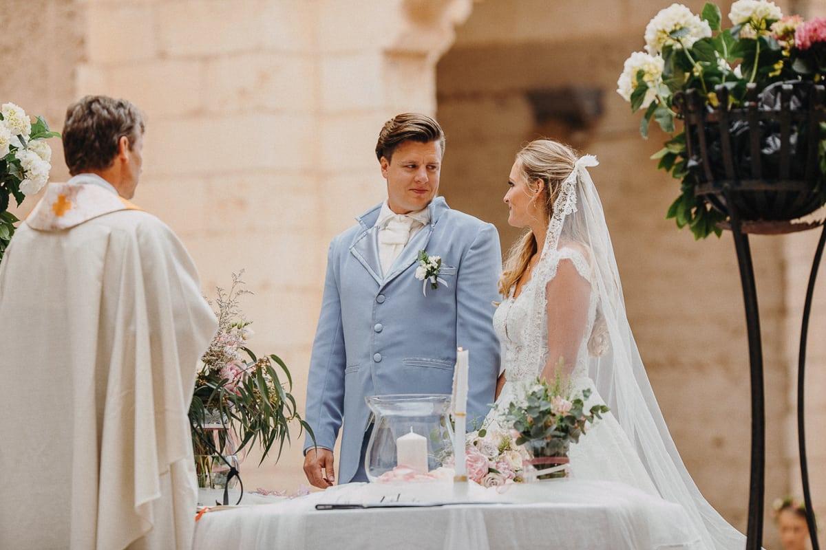 Der Bräutigam schaut seine Braut verliebt am Altar an.