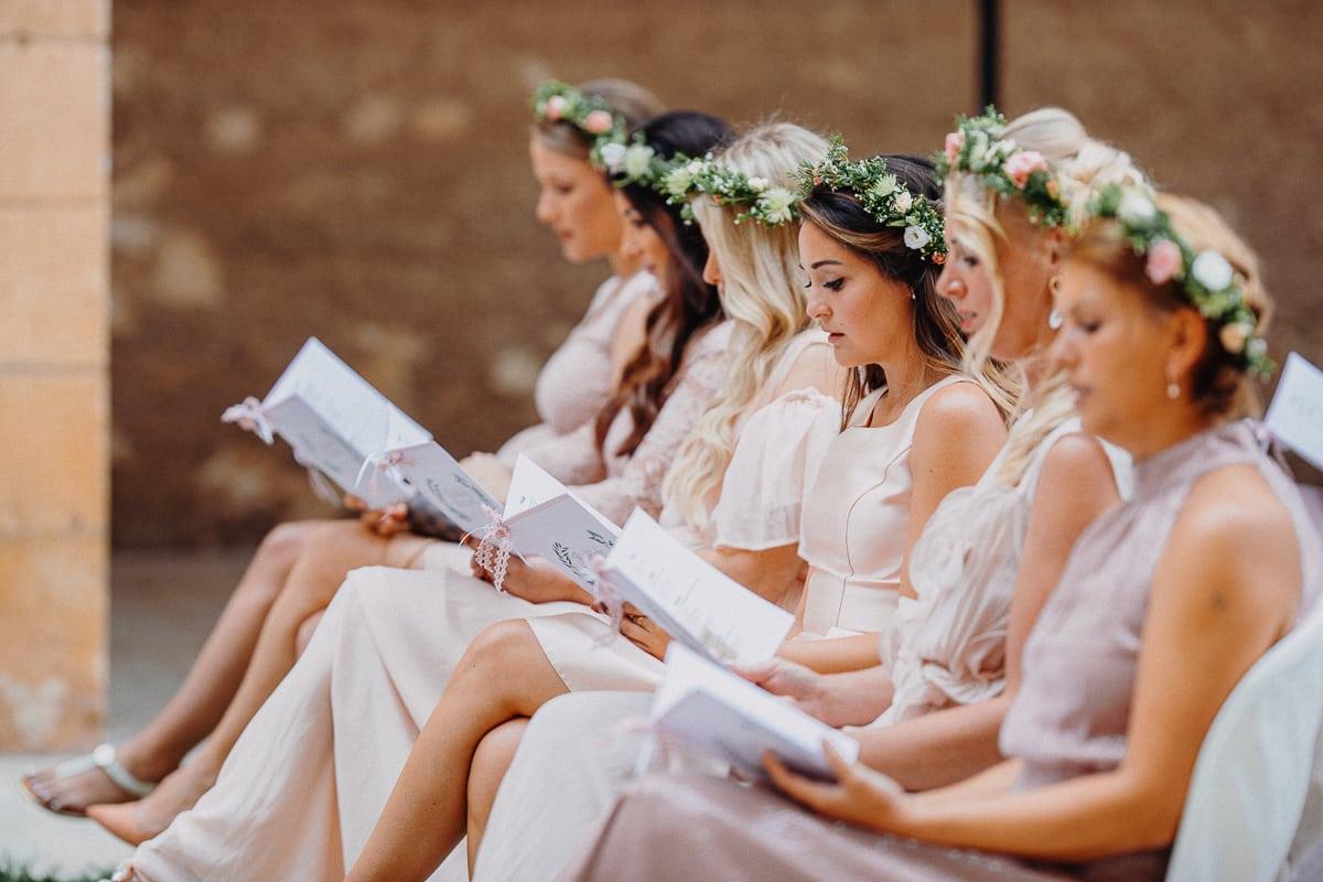 Alle Brautjungfern beim singen eines Kirchenliedes.