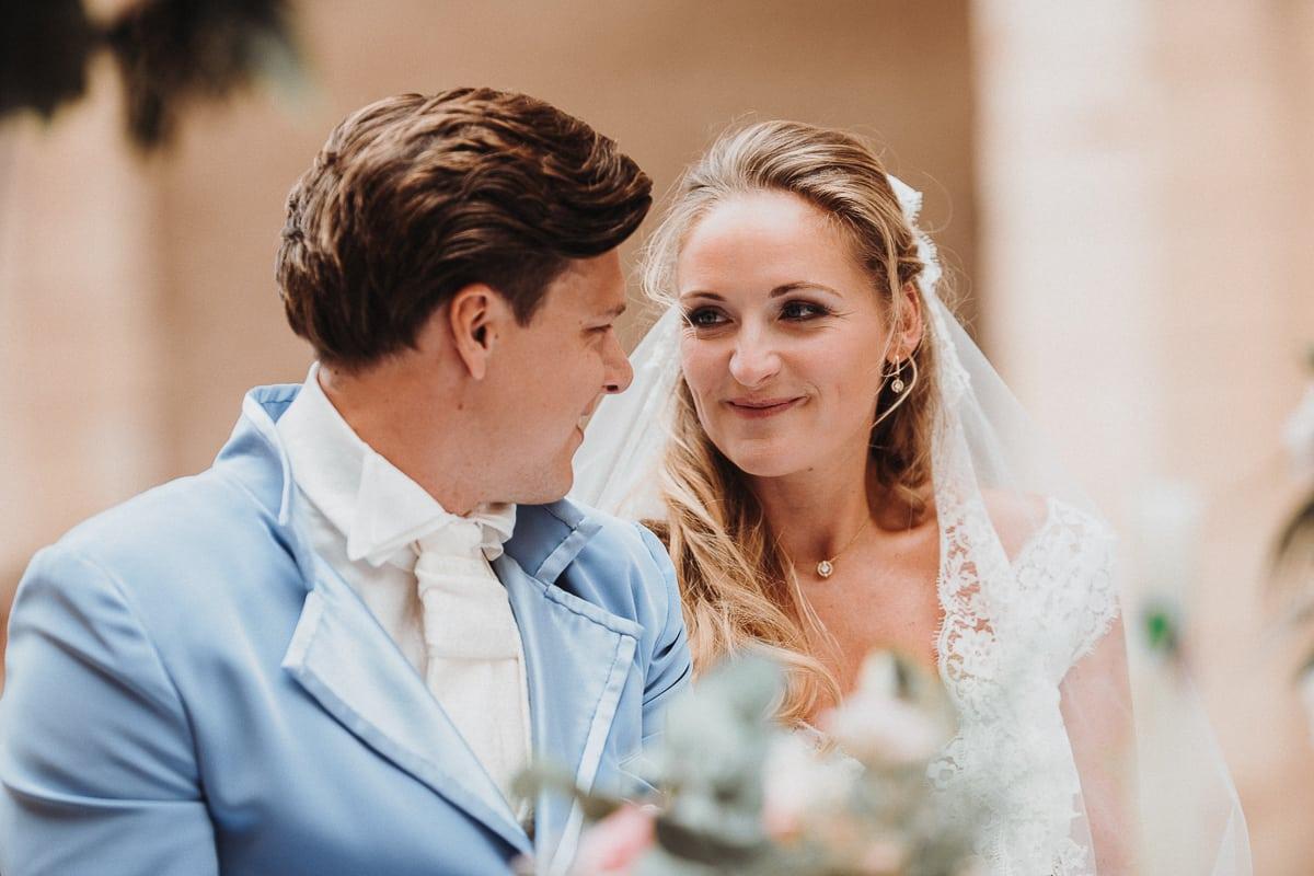 Die Braut lächelt ihren Mann total verliebt an während der Zeremonie.