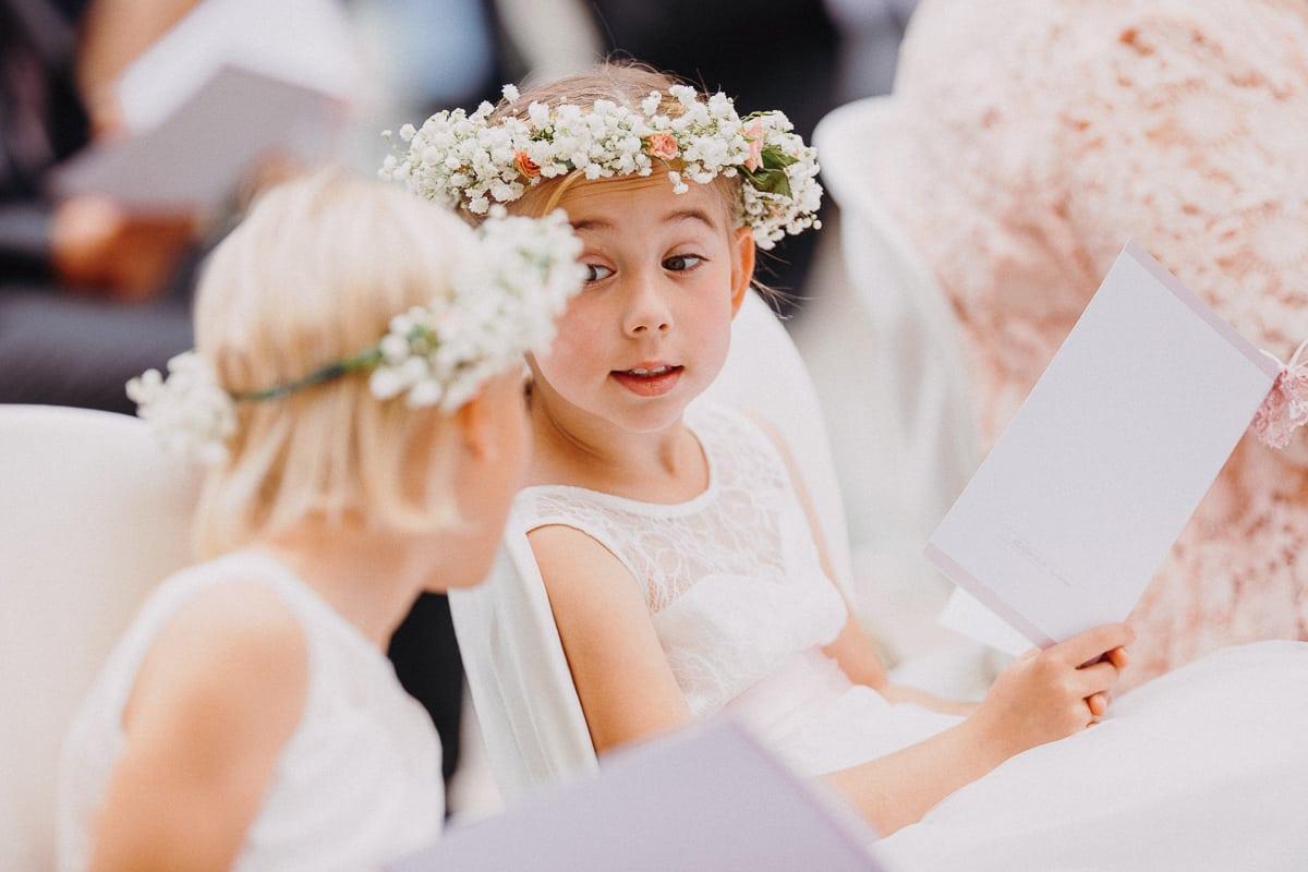 Eine der Kinder Brautjungfern mit wichtigen Blick auf ihre kleine Freundin.
