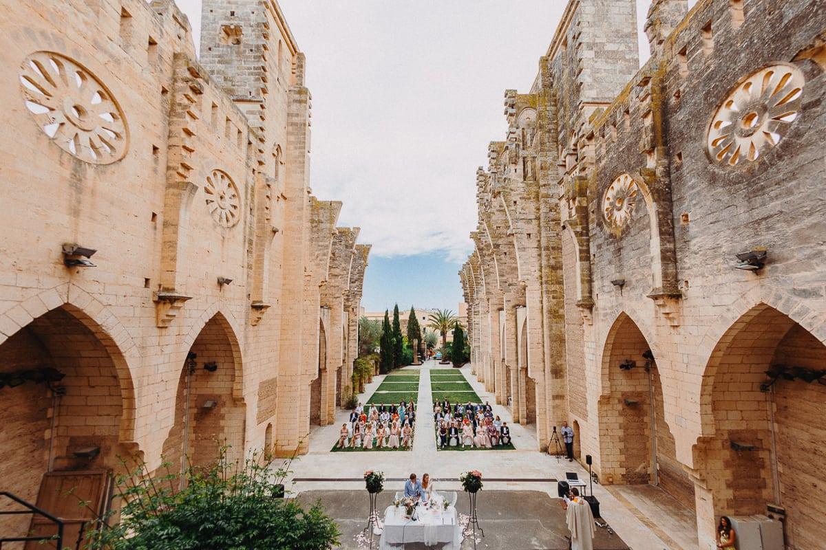 Imposante Weitwinkelaufnahme von oben auf die Kirche Iglesia Nova in Son Servera auf der Insel Mallorca.