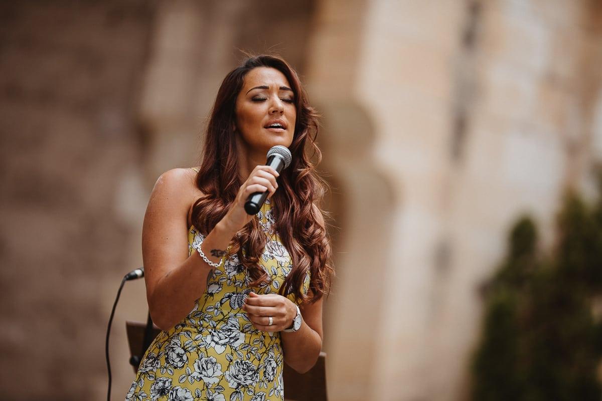 Angel, die Sängerin singt ein Lied während der Trauzeremonie.
