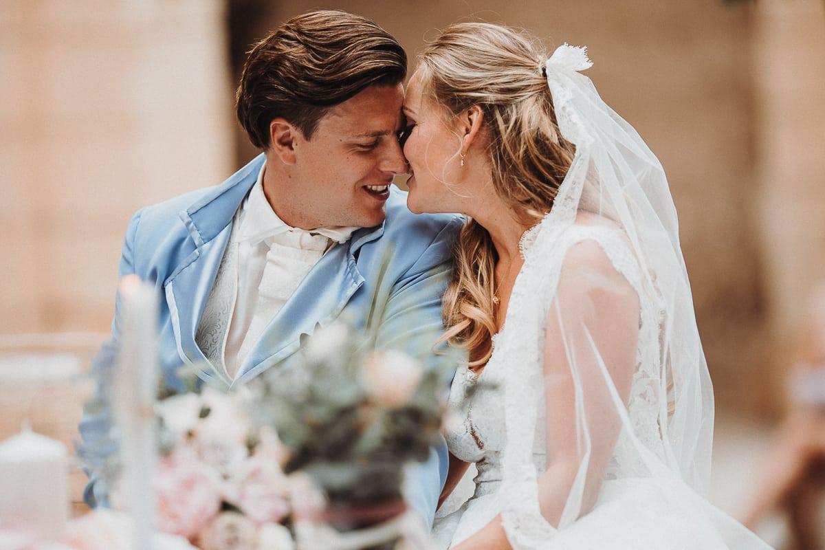 Verliebtes Näseln des Brautpaares währenddem gesungen wird.