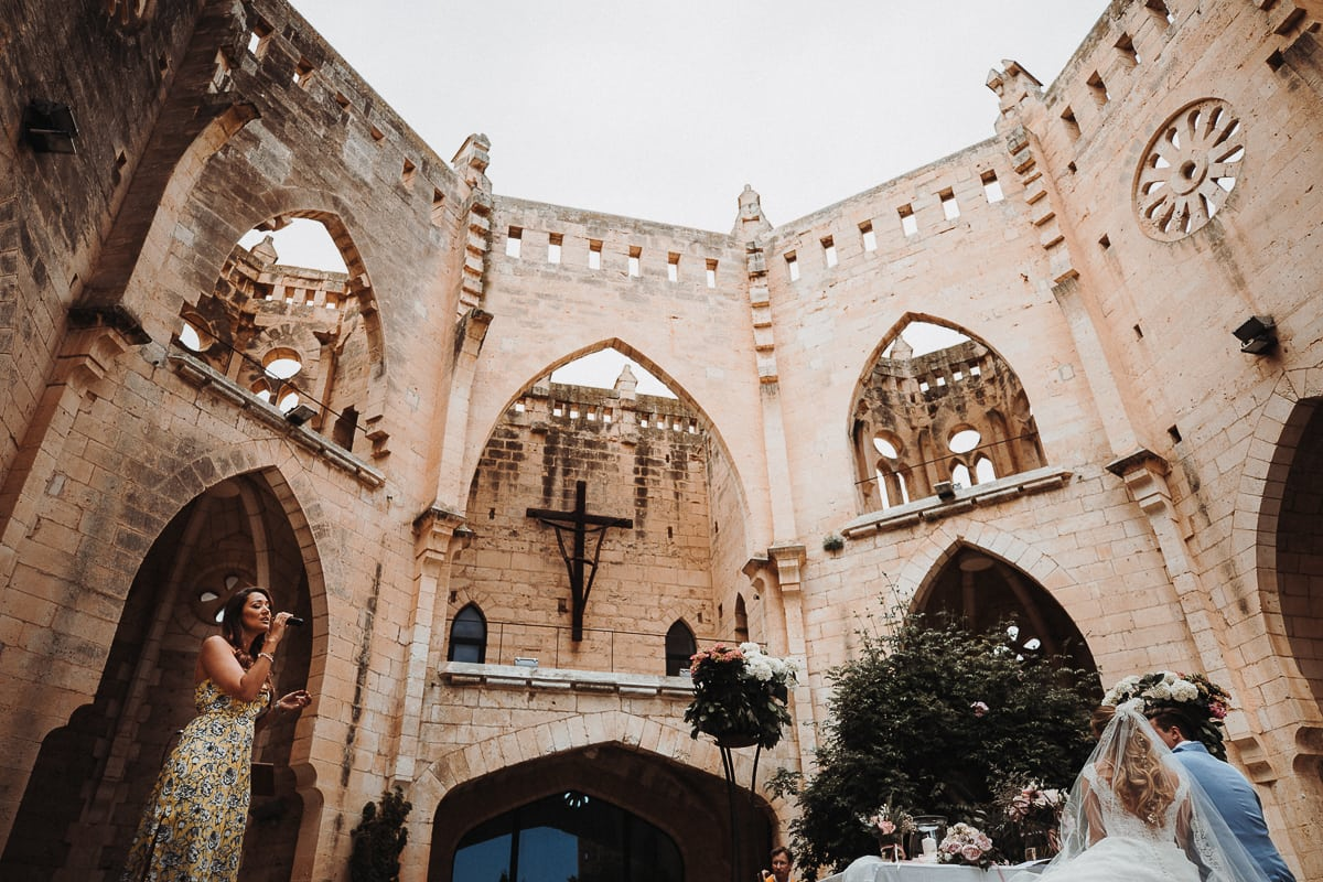 Weitwinkelblick auf die sängerin Angel und dem Brautpaar in der Kirche Iglesia Nova.