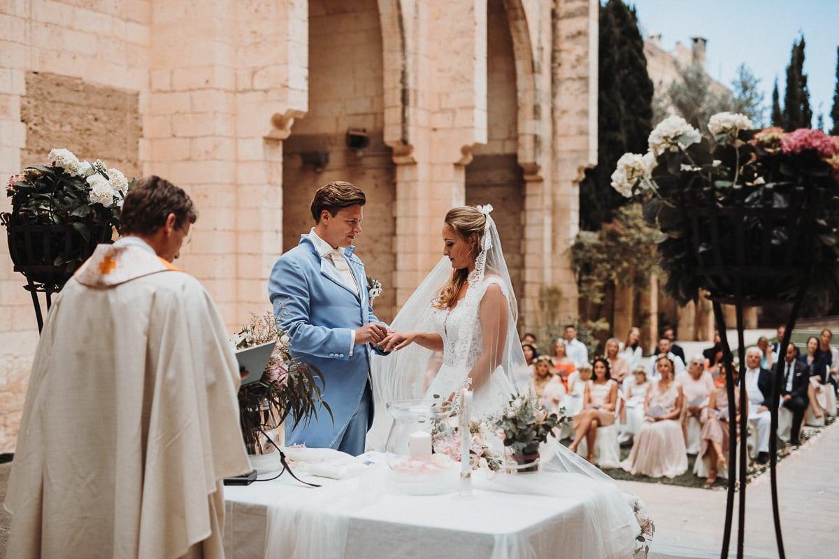 Ringtausch in der einzigen dachlosen Kirche, der Iglesia Nova, auf Mallorca.