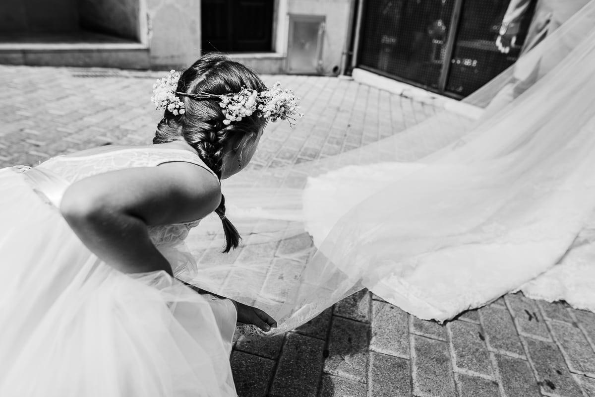 Das Blumenmädchen richtet der Braut beim Gehen den Schleier.