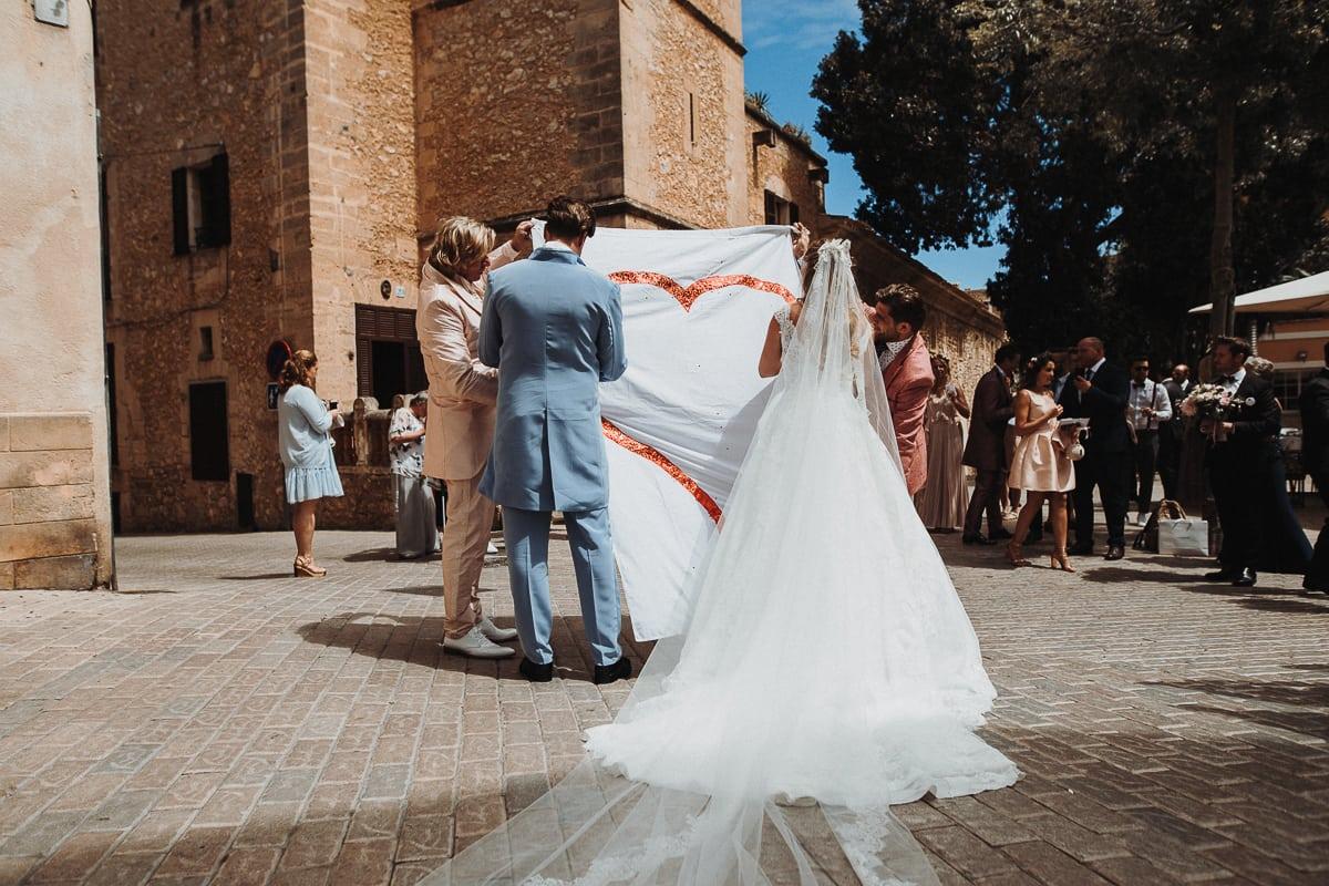 Auf dem Markplatz in Son Servera wartet die Hochzeitsgesellschaft mit einem grossen Herz auf das Brautpaar.