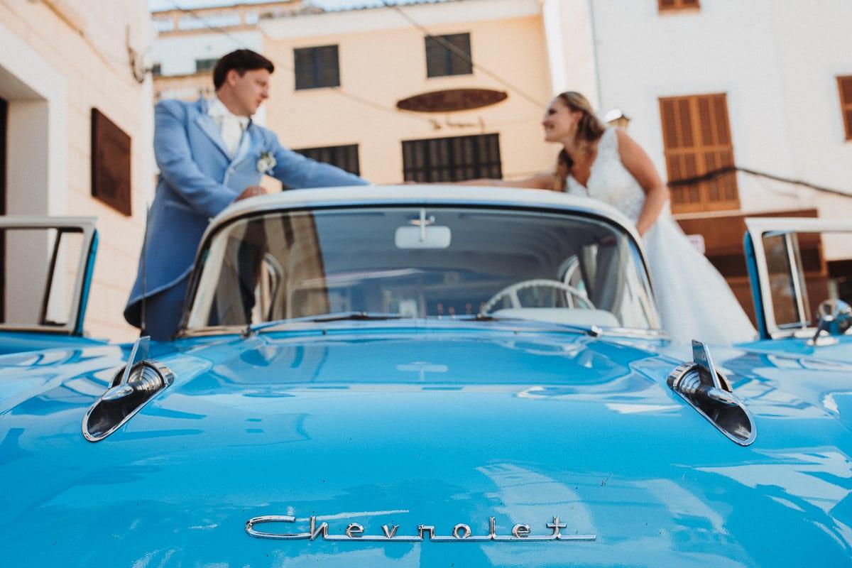 Das Brautpaar kurz vorm Start um mit dem Oldtimer zurück zur Hochzeitsfinca zu fahren.