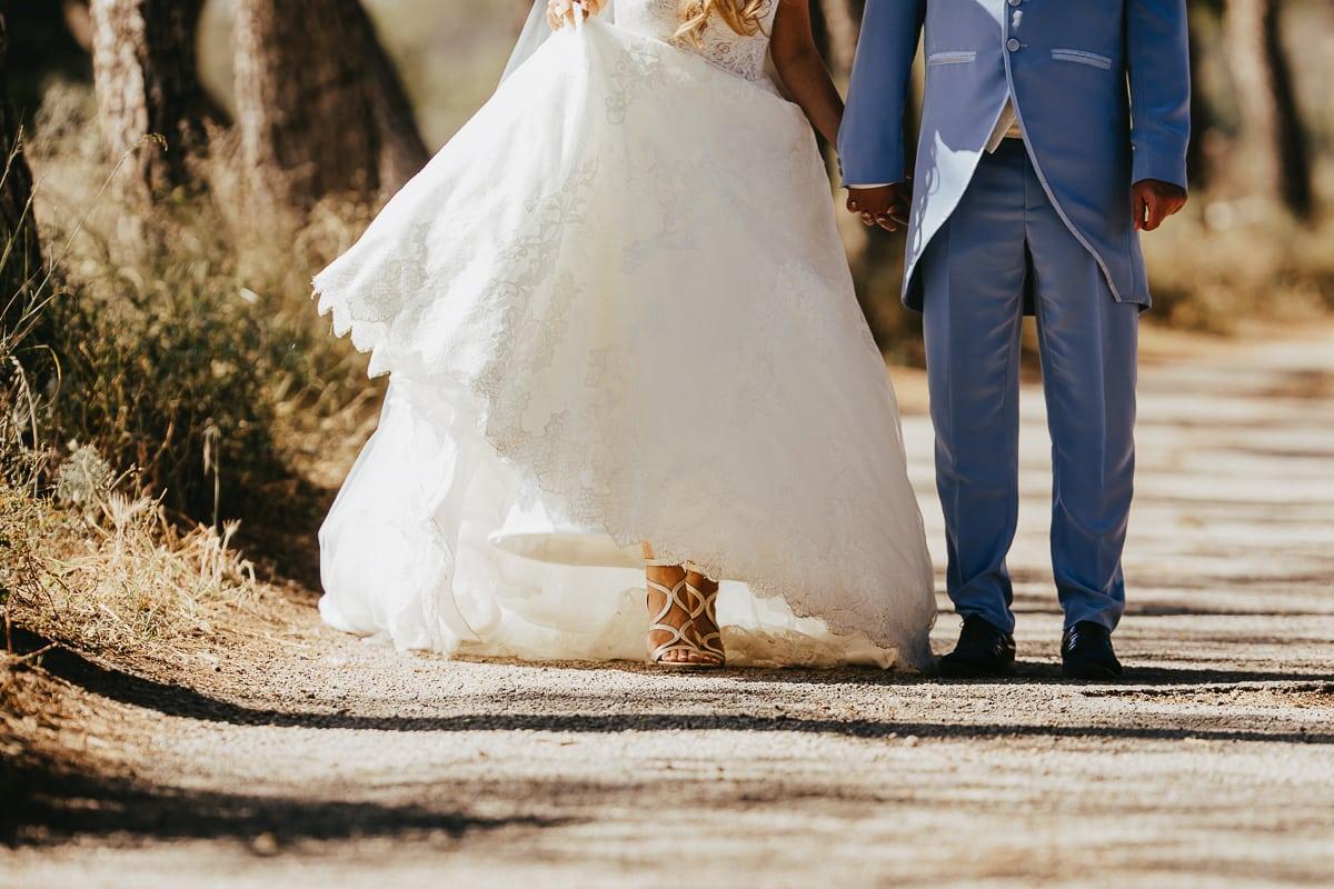 Die Füsse der Braut, auf dem Sandweg in den wunderhübschen Brautschuhen der Firsch Vermählten.