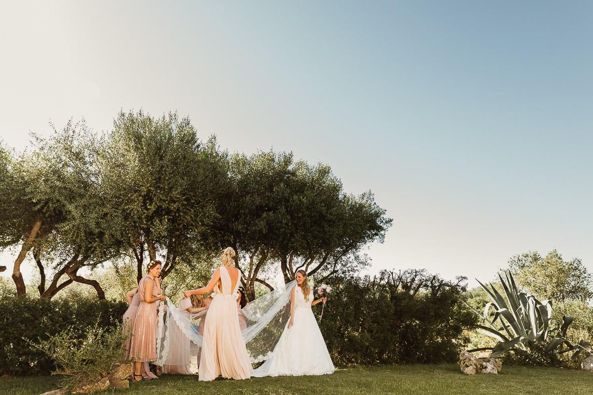 Die Brautjungfern richten den Schleier ihrer Braut.