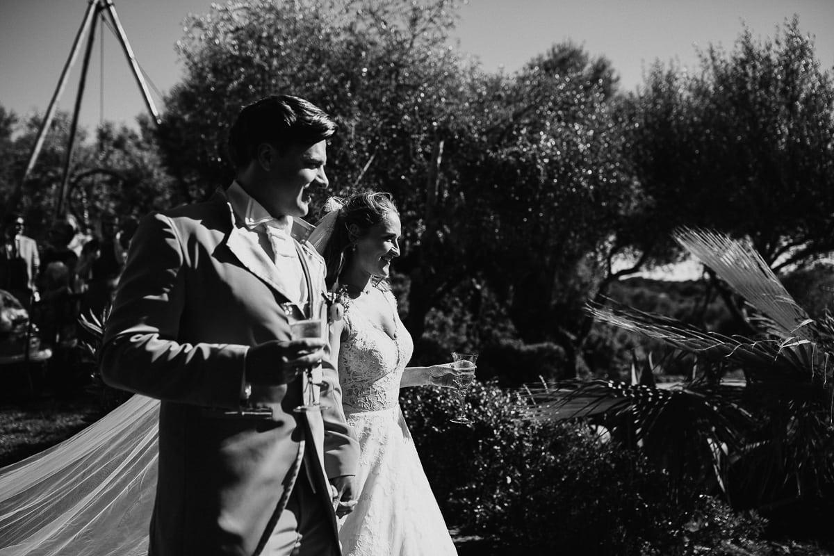 Das Paar kommt geht mit einem Glas Sekt zu den Gästen.