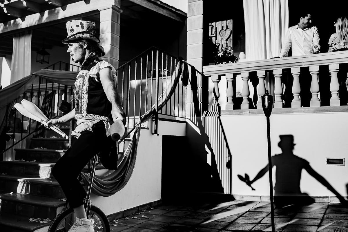 Jongleur auf einem Einrad als Unterhaltung auf der Hochzeitparty.