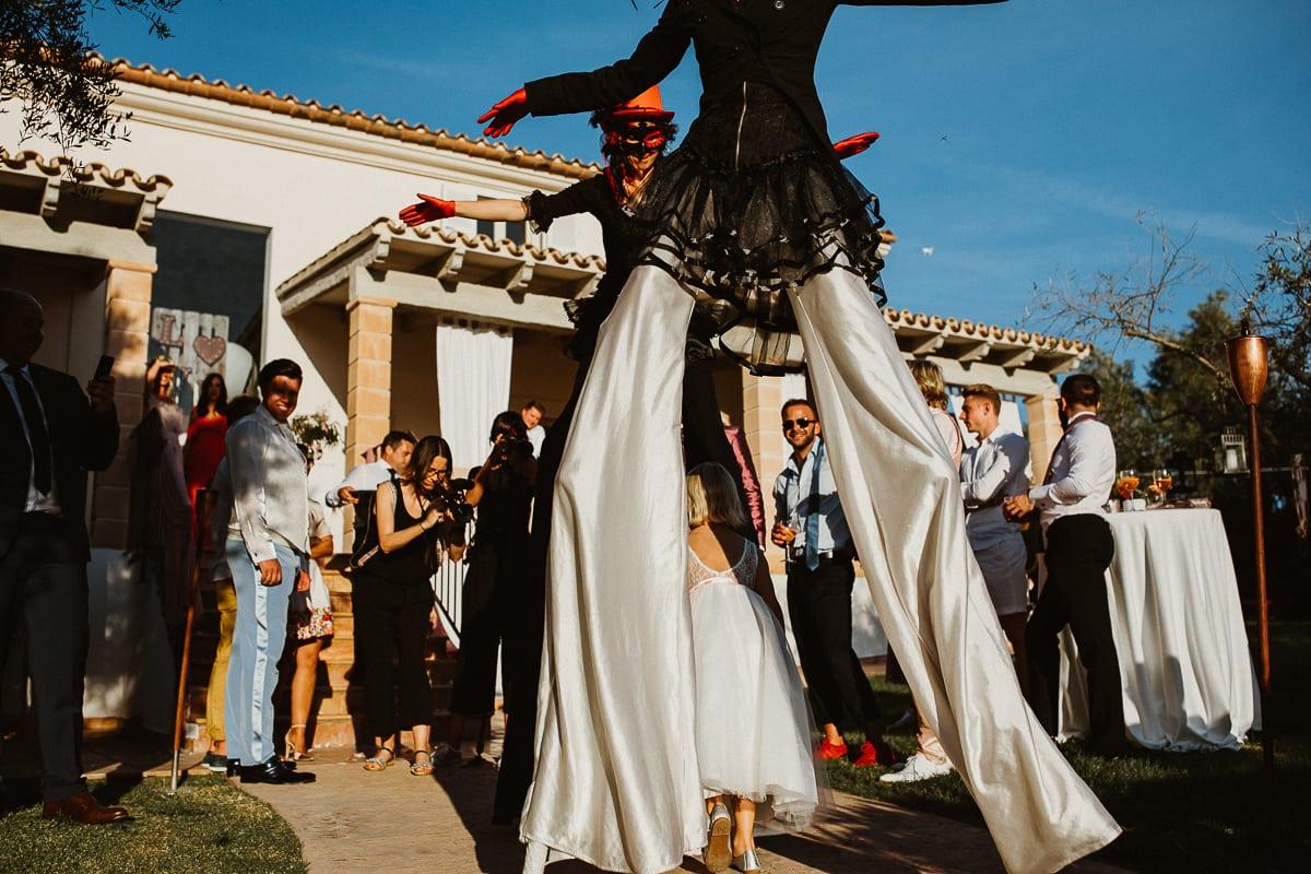 Weibliche Unterhaltungskünstler auf Stelzen bringen Schwung unter die Hochzeitsgesellschaft.