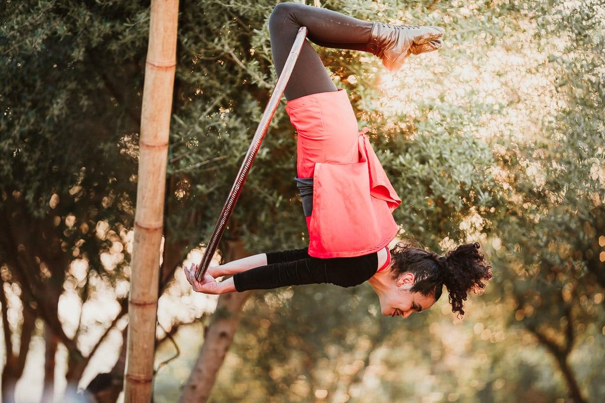 Nahaufnahme der Akrobatin mit ihrem Reifen an dem sie turnt.